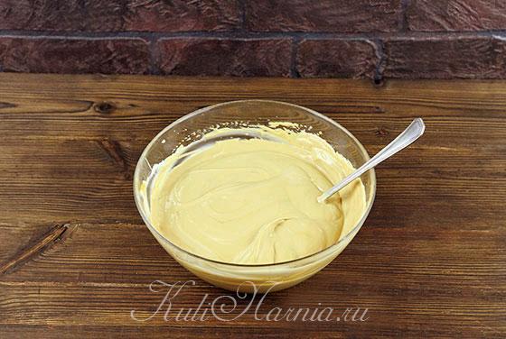 К сгущенному молоку порциями добавляем сметану
