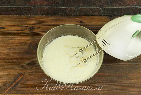 Кефир подливаем к яичной смеси