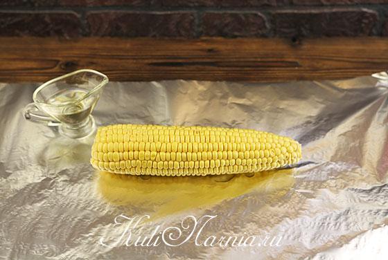 Кладем кукурузу на фольгу и поливаем маслом
