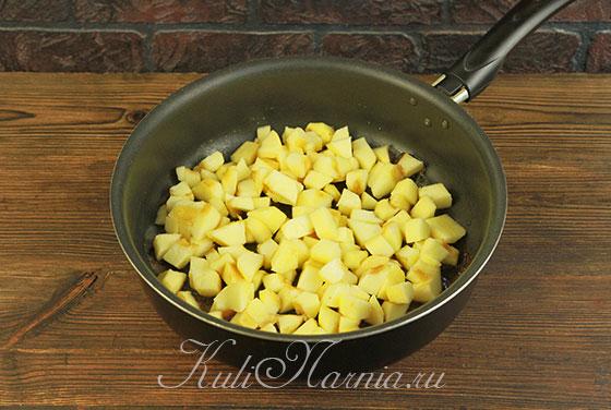 Нарезаем яблоки и сгружаем на сковороду с корицей и маслом