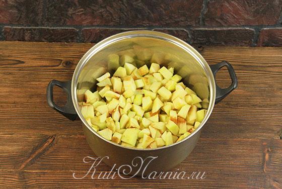 Нарезанные яблоки складываем в кастрюлю