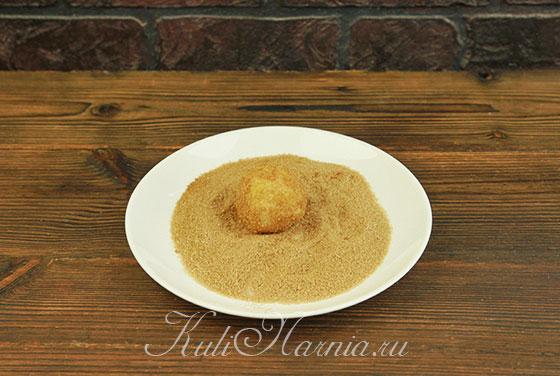 Обмакиваем заготовки для печенья в смесь из корицы и сахара