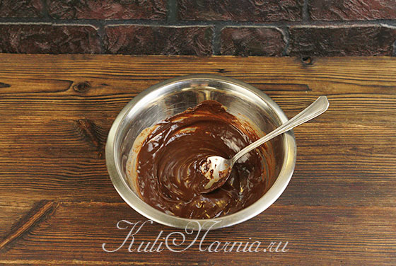 Растапливаем шоколад с маслом на водяной бане