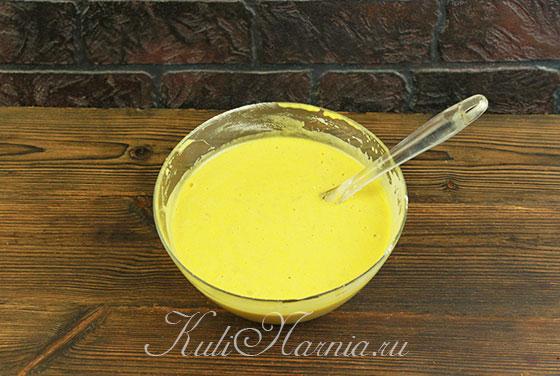 Размешиваем тесто для рулета из тыквы