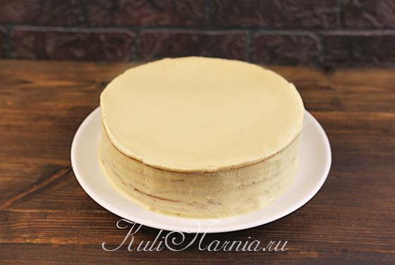 Снимаем кольцо с торта и смазываем боковую поверхность