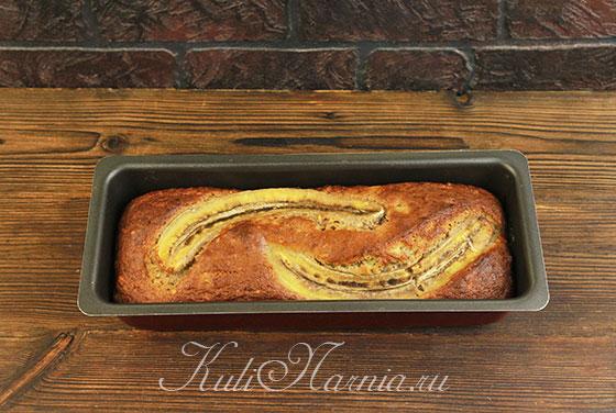 Ставим форму с банановым хлебом в духовку