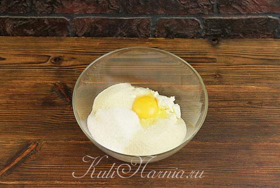 Творог выкладываем в миску, добавляем яйцо и специи