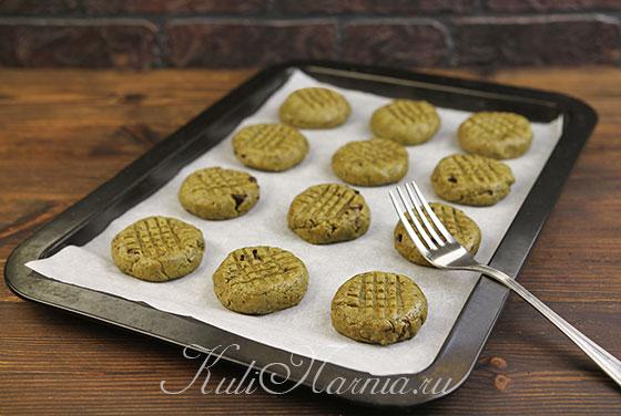 Вилкой приплющиваем заготовки для печенья