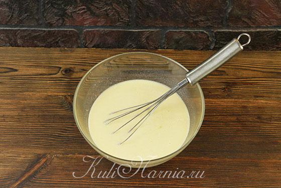 Вливаем молоко к яичной смеси