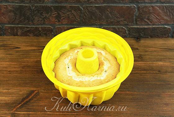 Выкладываем тесто для кекса в форму и отправляем в духовку