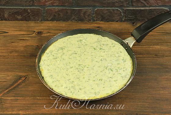 Выливаем тесто для хачапури на сковороду