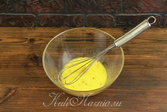 Взбалтываем яйца с солью и перцем