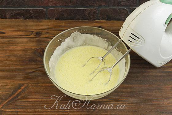 Взбиваем яичную смесь со сливочным маслом