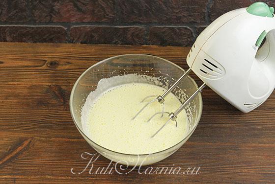 Яйца взбиваем с простым и ванильным сахаром