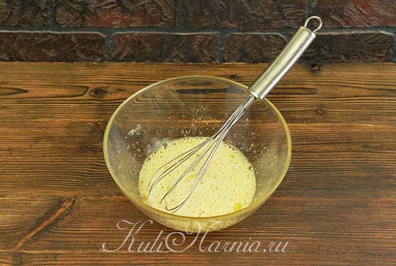 Яйца взбиваем с ванильным сахаром