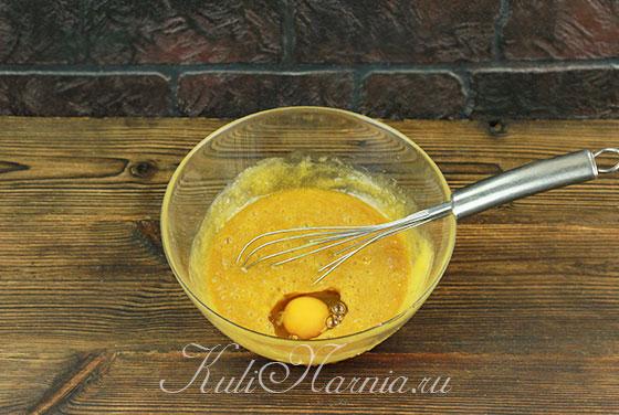 Добавляем яйца к остывшей медовой смеси