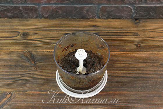 Измельчаем чернослив в блендере