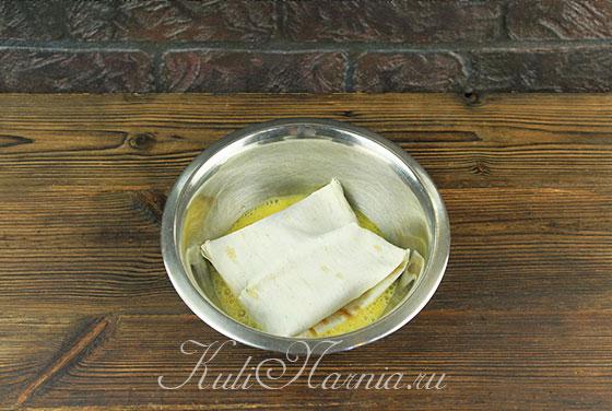 Окунаем в яичную смесь конвертики из лаваша