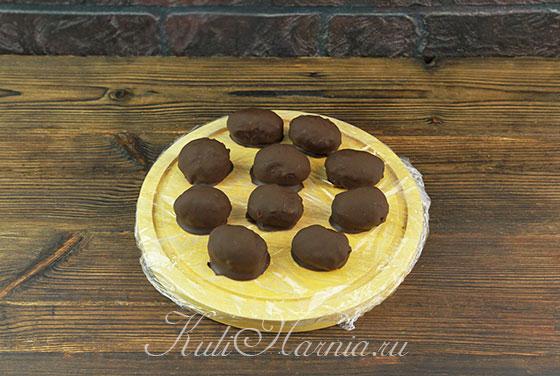 Переносим чернослив в шоколаде на доску