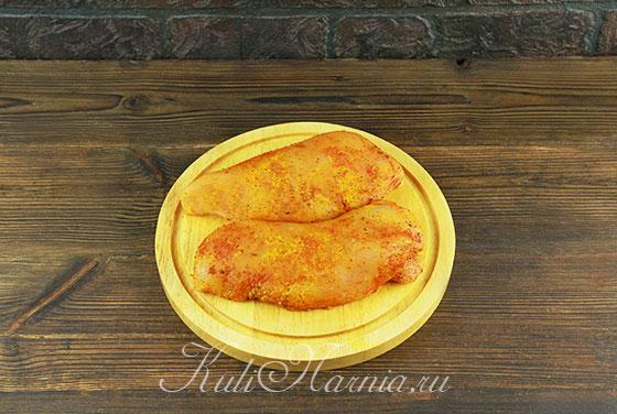 Промываем куриное филе и натираем солью и перцем