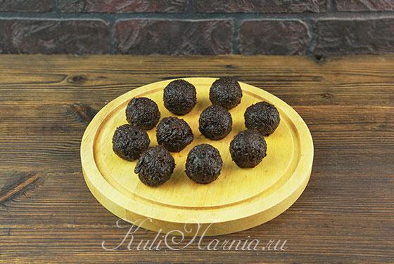 Скатываем шарики из чернослива