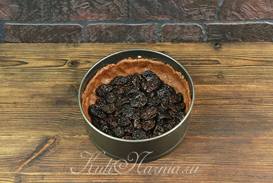 Выкладываем чернослив на охлажденное тесто
