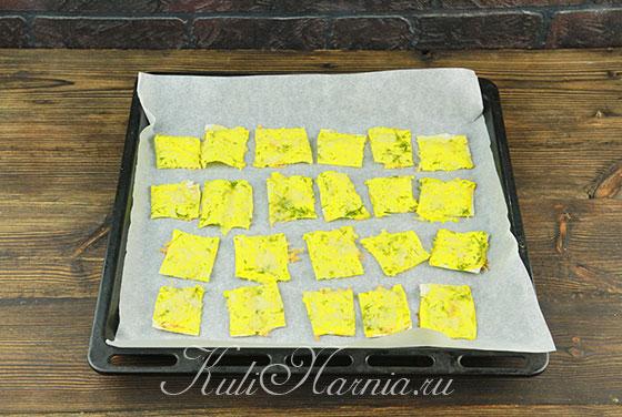 Выкладываем чипсы из лаваша с начинкой на противень