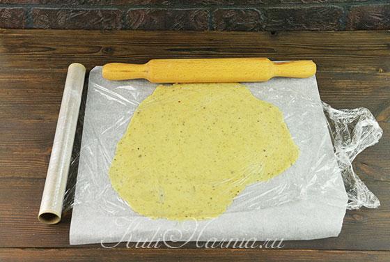 Делим тесто на 4 части и раскатываем одну часть