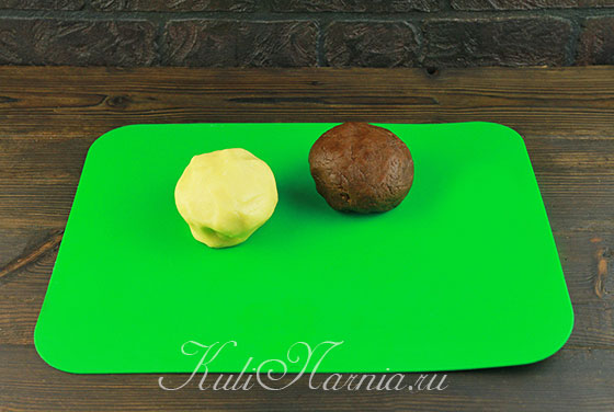 Делим тесто на две части и добавляем какао