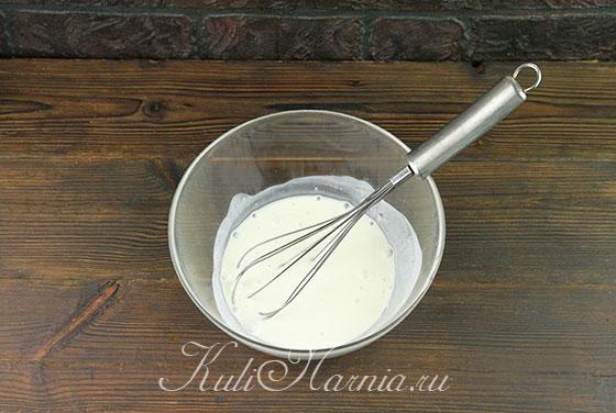 Кефир с содой перемешиваем в миске