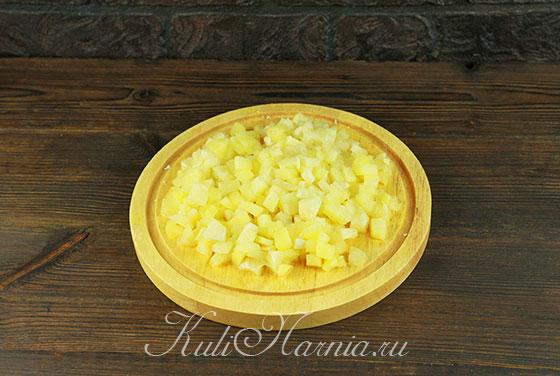Нарезаем ананасы на мелкие кусочки