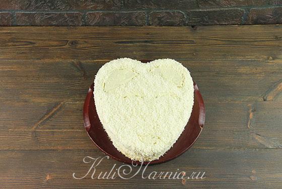 Обсыпаем торт кокосовой стружкой