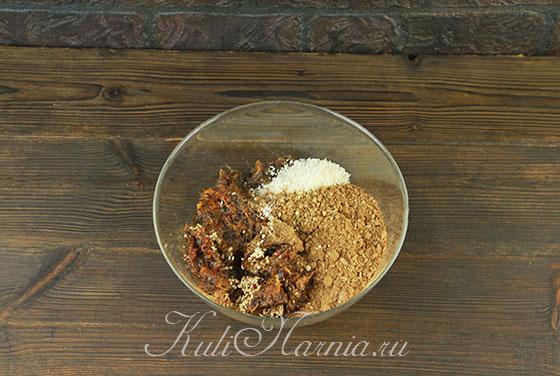 Перемолотые сухофрукты посыпаем какао и кокосовой стружкой