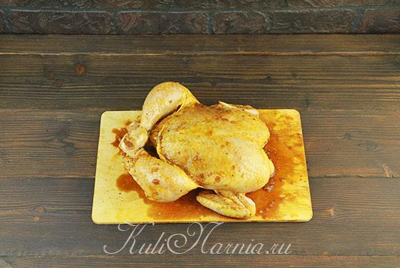 Поливаем курицу соево-медовым маринадом
