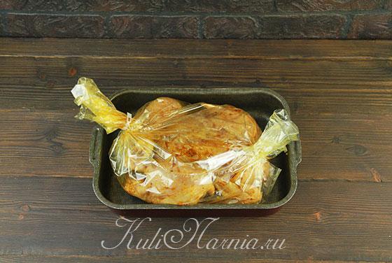 Помещаем курицу в рукав для запекания