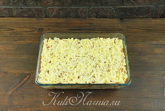 Посыпаем запеканку сыром и ставим в духовку