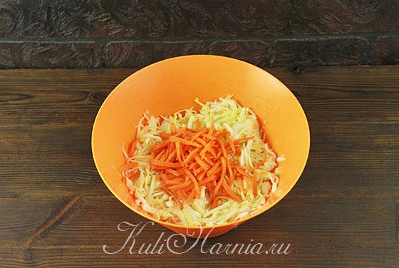 Режем морковь соломкой и добавляем к капусте