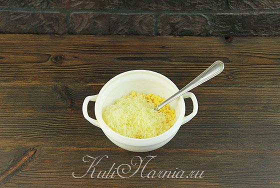 Сыр мелко трем и добавляем к размятым желткам
