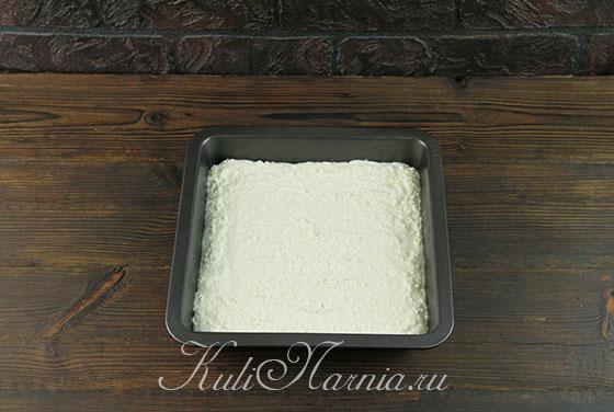 Выкладываем тесто для запеканки в форму