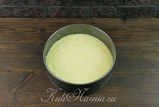 Выкладываем творожное тесто для шарлотки в форму
