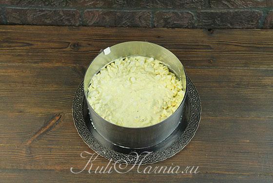 Выкладываем яйца на слой с ананасами
