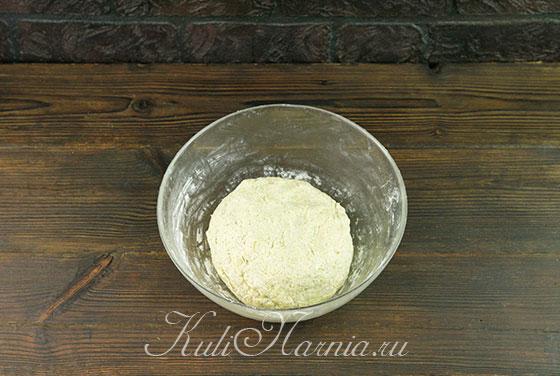 Вымешиваем тесто для пирога с капустой