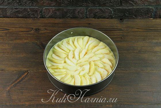 Яблоки выкладываем в форму
