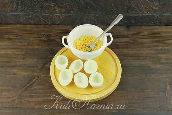 Яйца отвариваем и вынимаем желтки