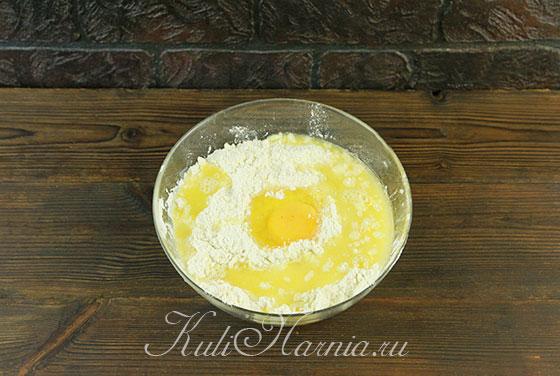 Добавляем яйцо и апельсиновый сок