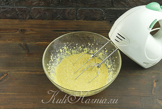 Добавляем яйцо с молоком и взбиваем