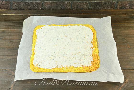 Наносим сырную начинку на морковный корж