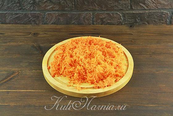 Натираем морковь мелкой стружкой
