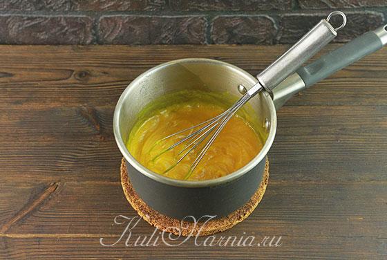 Переливаем смесь в кастрюлю и добавляем куркуму