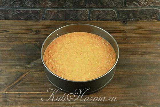 Перемешиваем тесто для морковного пирога